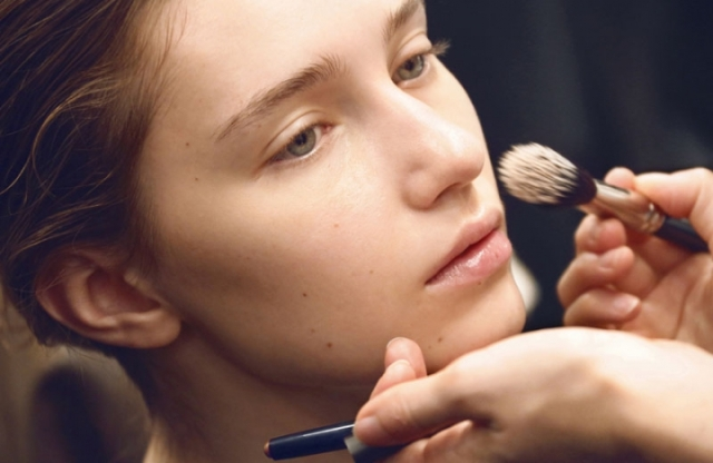 Burberry-Womenswear-Spring-Summer-2016-Backstage-Beauty-3_oggetto_editoriale_720x600